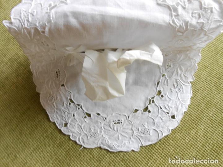 Antigüedades: Muy bonita antiqua cubre caja pañuelos.Lino blanco bordado a mano.Años 70 - Foto 6 - 240875120