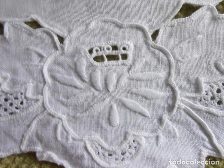 Antigüedades: Muy bonita antiqua cubre caja pañuelos.Lino blanco bordado a mano.Años 70 - Foto 8 - 240875120