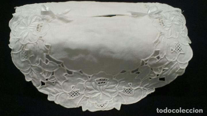 Antigüedades: Muy bonita antiqua cubre caja pañuelos.Lino blanco bordado a mano.Años 70 - Foto 10 - 240875120