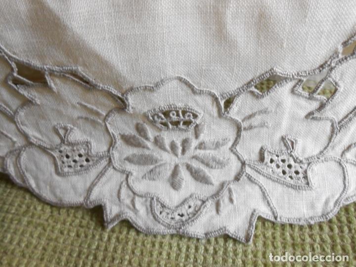 Antigüedades: Muy bonita antiqua cubre caja pañuelos.Lino blanco bordado a mano.Años 70 - Foto 11 - 240875120