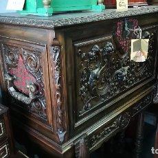 Antigüedades: BARGUEÑO ANTIGUO MADERA NOGAL TALLADO. Lote 181500031