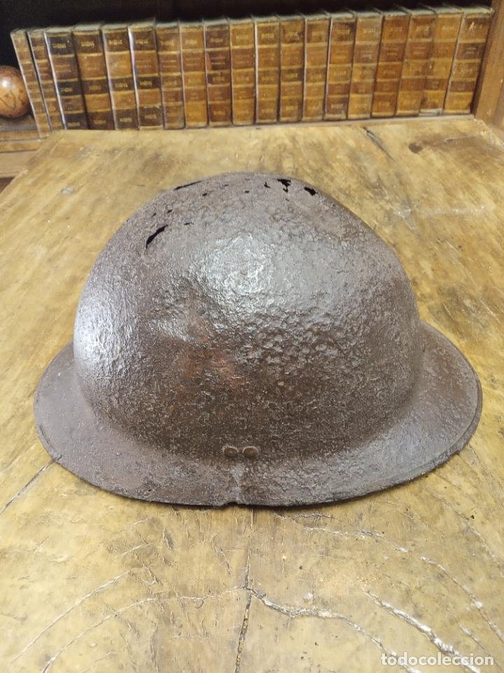 Antigüedades: Muy antiguo casco militar. Posiblemente Italiano. Guerra civil Española. 31 x 22 x 15 cm. de alto. - Foto 3 - 211258550