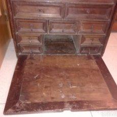 Antigüedades: BARGUEÑO CASTELLANO DE NOGAL, HACIA 1700.. Lote 181521940