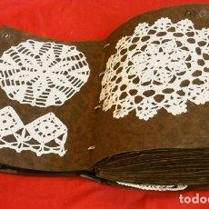 Antigüedades: LOTE 135 PUNTILLAS DE GANCHILLO GANXET (AÑOS 40-50) ANTIGUO MUESTRARIO DE GANCHILLO ENCAJES TAPETES. Lote 181526311