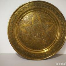 Antigüedades: ANTIGUA BANDEJA DE LATON. Lote 181550297