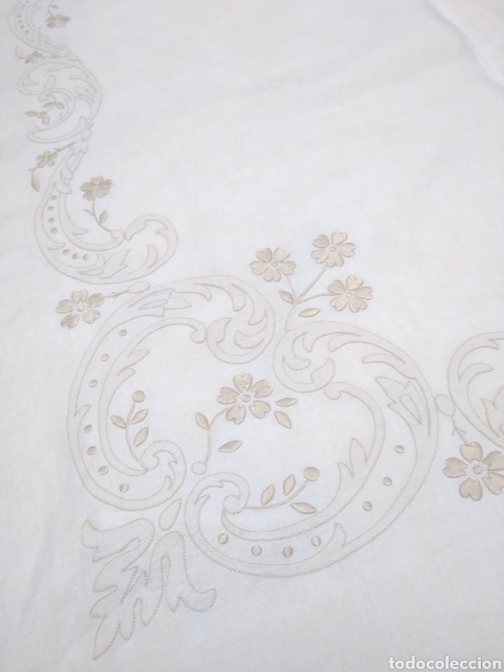 Antigüedades: Mantel de hilo reversible con 8 servilletas bordado a mano (172 x 220 cm) - Foto 4 - 181560396