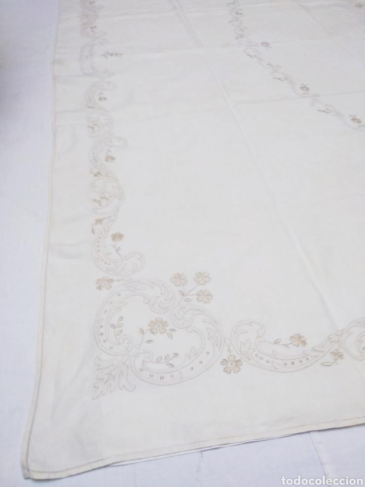 Antigüedades: Mantel de hilo reversible con 8 servilletas bordado a mano (172 x 220 cm) - Foto 5 - 181560396