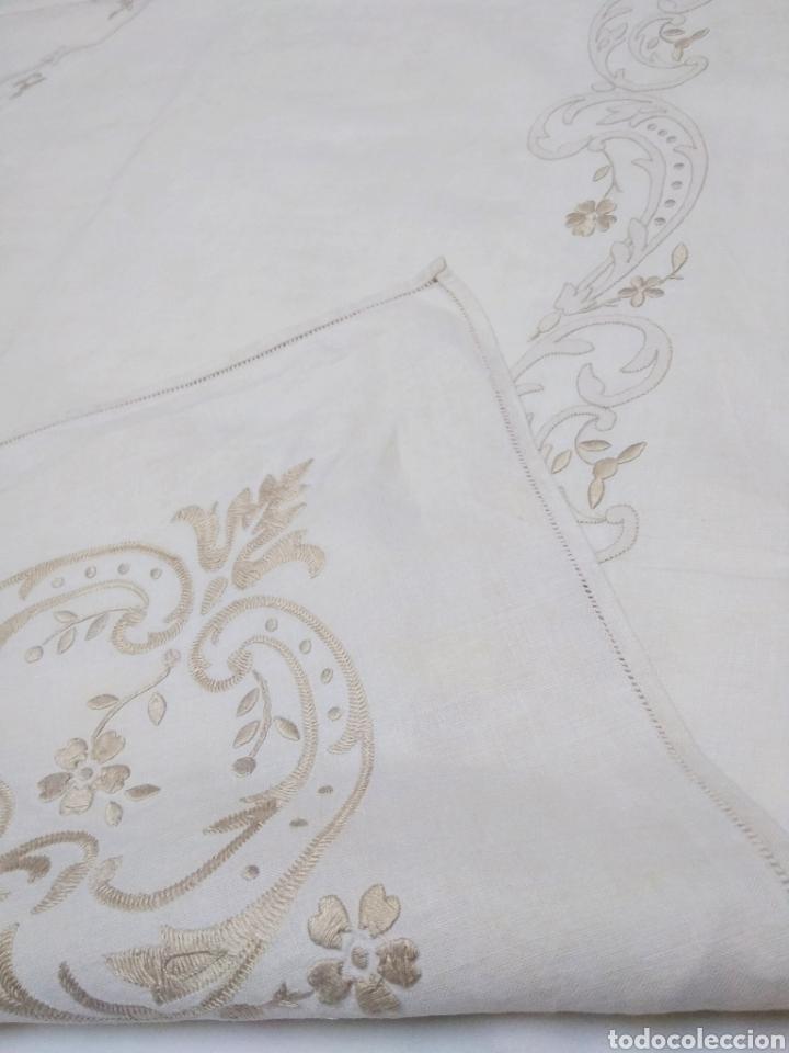 Antigüedades: Mantel de hilo reversible con 8 servilletas bordado a mano (172 x 220 cm) - Foto 6 - 181560396