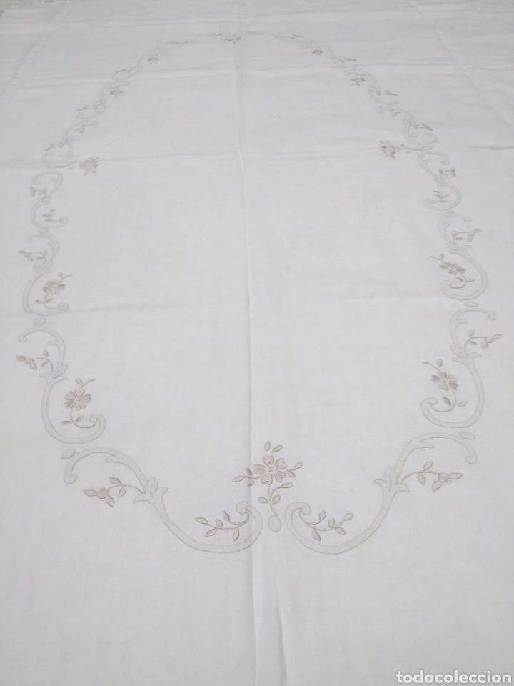 Antigüedades: Mantel de hilo reversible con 8 servilletas bordado a mano (172 x 220 cm) - Foto 7 - 181560396