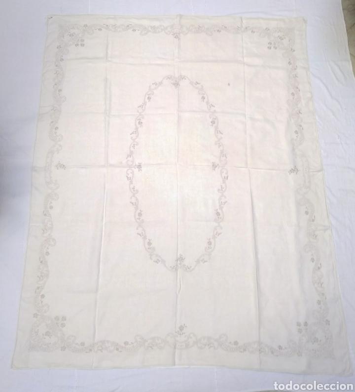 MANTEL DE HILO REVERSIBLE CON 8 SERVILLETAS BORDADO A MANO (172 X 220 CM) (Antigüedades - Hogar y Decoración - Manteles Antiguos)