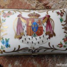 Antigüedades: CAJA DE PORCELANA DECORADA A MANO CON ESCUDO MONARQUICO DE ESPAÑA. Lote 181577840