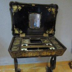 Antigüedades: PRECIOSO COSTURERO - MADERA LACADA Y DORADA CON CHINOISERIES - INTERIOR EN MARFIL Y ESPEJO -S. XVIII. Lote 181594771