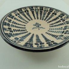 Antigüedades: ANTIGUO PLATO DE CERAMICA PARA COLGAR PINTADO A MANO PUENTE DEL ARZOBISPO. Lote 181596105