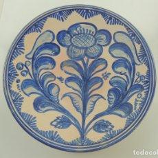 Antigüedades: MAGNIFICO PLATO DE CERAMICA PARA COLGAR PINTADO A MANO PUENTE DEL ARZOBISPO. Lote 181596218