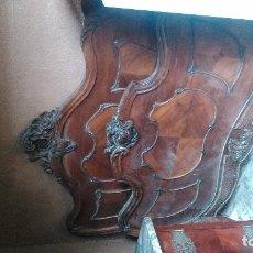 Antiquités: PRECIOSA CAMA DE MATRIMONIO DE UN METRO CINCUENTA Y CUATRO CENTÍMETROS DE ANCHO DE COLCHÓN EN NOGAL. Lote 181597092