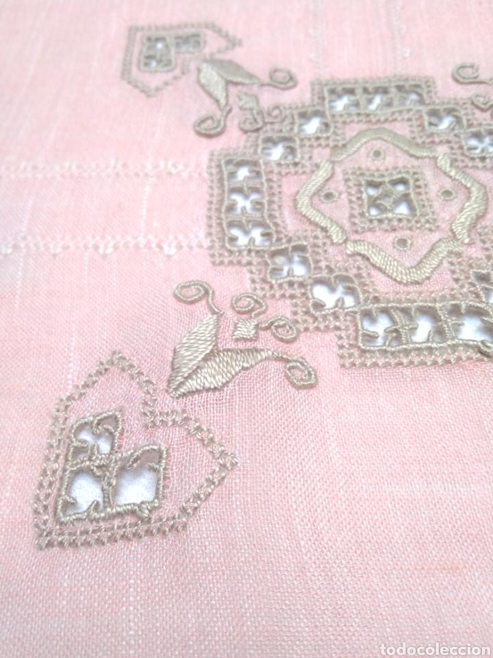 Antigüedades: Mantel de hilo bordado a mano con 16 servilletas - Foto 4 - 181693322
