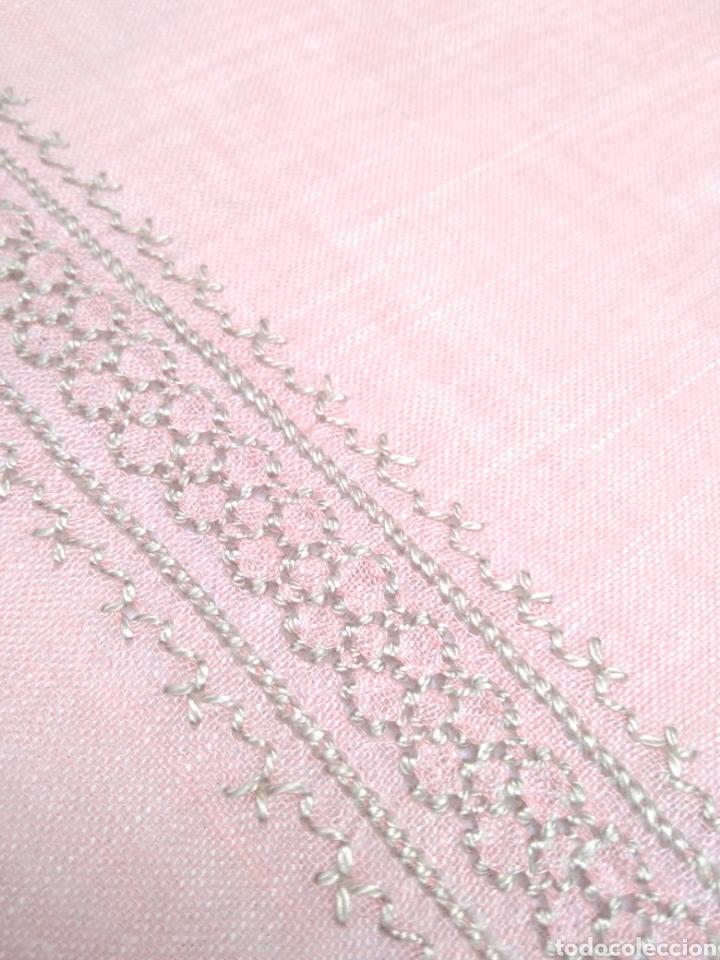 Antigüedades: Mantel de hilo bordado a mano con 16 servilletas - Foto 7 - 181693322