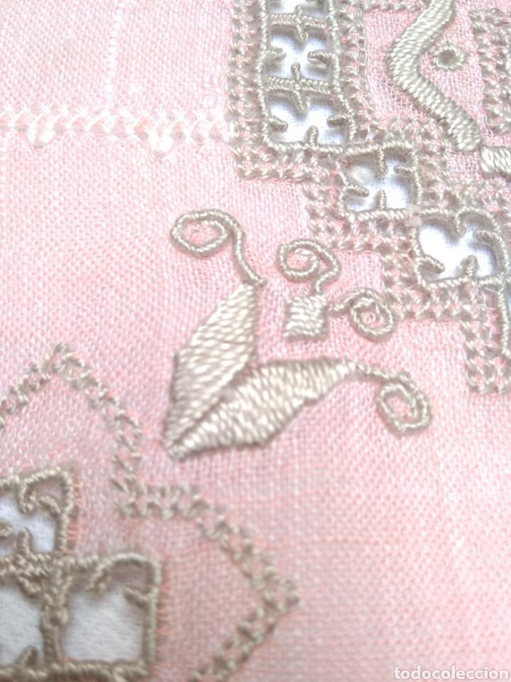 Antigüedades: Mantel de hilo bordado a mano con 16 servilletas - Foto 10 - 181693322