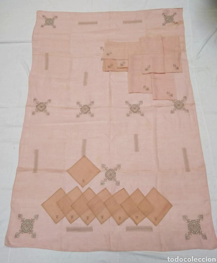 Antigüedades: Mantel de hilo bordado a mano con 16 servilletas - Foto 2 - 181693322