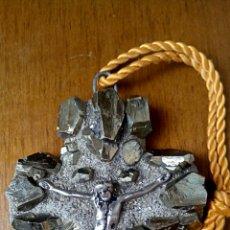 Antigüedades: CRUCIFIJO DE HEMATITA GRIS ACERO Y CRISTO DE BRONCE DORADO. Lote 181694063