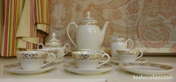 Antigüedades: JUEGO DE CAFÉ CON CAFETERA, LECHERA, AZUCARERO, 5 TAZAS Y 6 PLATOS. DECORACIÓN FILIGRANA DORADA - Foto 2 - 181745700