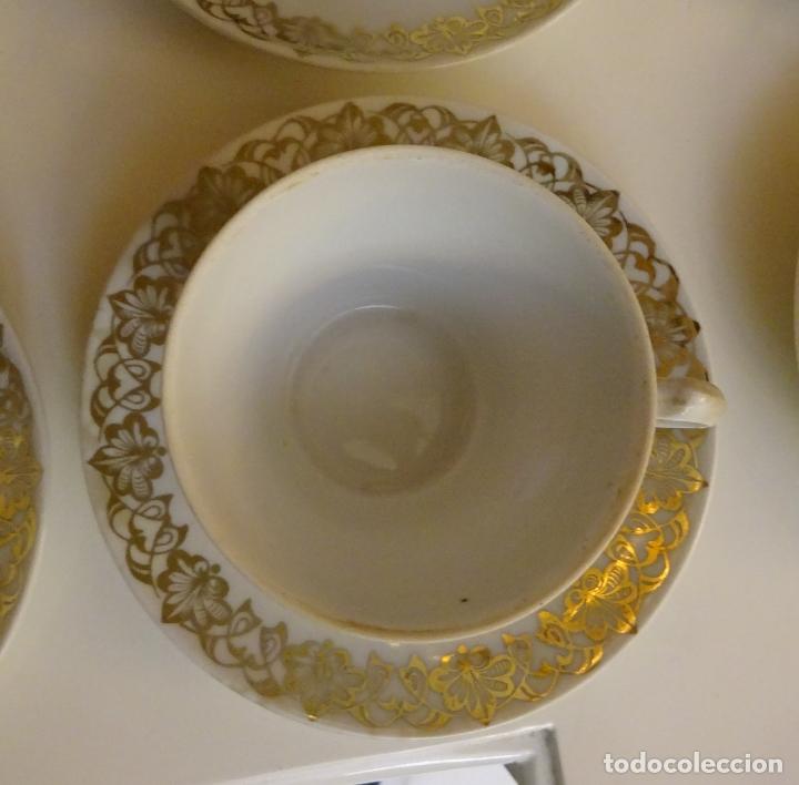 Antigüedades: JUEGO DE CAFÉ CON CAFETERA, LECHERA, AZUCARERO, 5 TAZAS Y 6 PLATOS. DECORACIÓN FILIGRANA DORADA - Foto 8 - 181745700