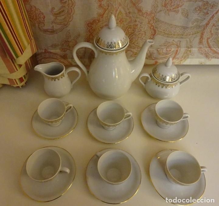 Antigüedades: JUEGO DE CAFÉ CON CAFETERA, LECHERA, AZUCARERO, 6 TAZAS Y 6 PLATOS. DECORACIÓN FILIGRANA DORADA - Foto 7 - 181751370