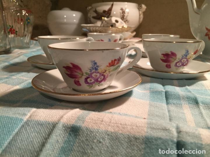 Antigüedades: Antiguo juego de café de porcelana tazas y tetera con bonito dibujo floral años 40-50 - Foto 4 - 181791473
