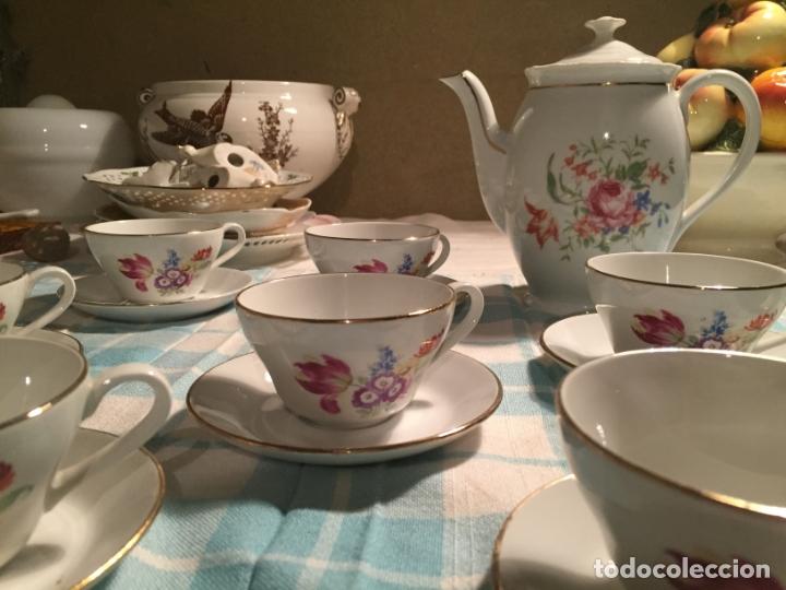 Antigüedades: Antiguo juego de café de porcelana tazas y tetera con bonito dibujo floral años 40-50 - Foto 5 - 181791473