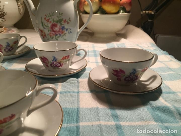 Antigüedades: Antiguo juego de café de porcelana tazas y tetera con bonito dibujo floral años 40-50 - Foto 6 - 181791473