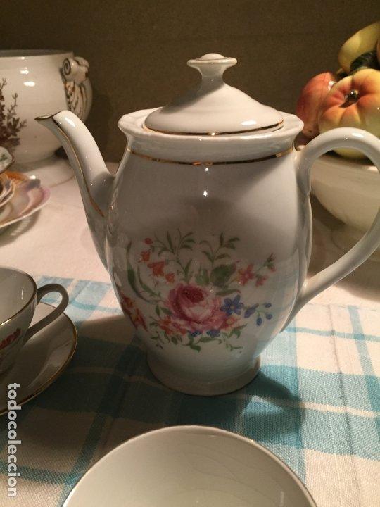 Antigüedades: Antiguo juego de café de porcelana tazas y tetera con bonito dibujo floral años 40-50 - Foto 7 - 181791473
