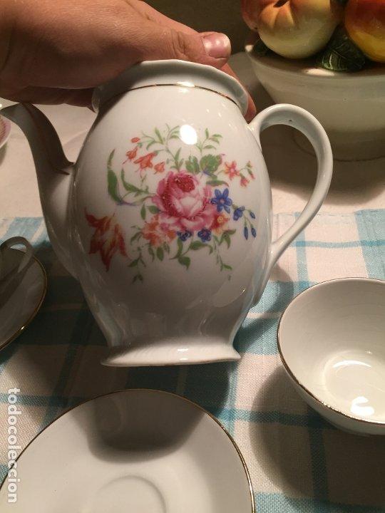 Antigüedades: Antiguo juego de café de porcelana tazas y tetera con bonito dibujo floral años 40-50 - Foto 21 - 181791473