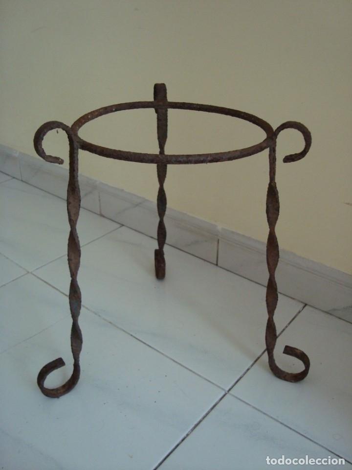 MUY ANTIGUO MACETERO DE HIERRO. (Antigüedades - Hogar y Decoración - Maceteros Antiguos)