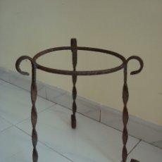 Antigüedades: MUY ANTIGUO MACETERO DE HIERRO.. Lote 181885352