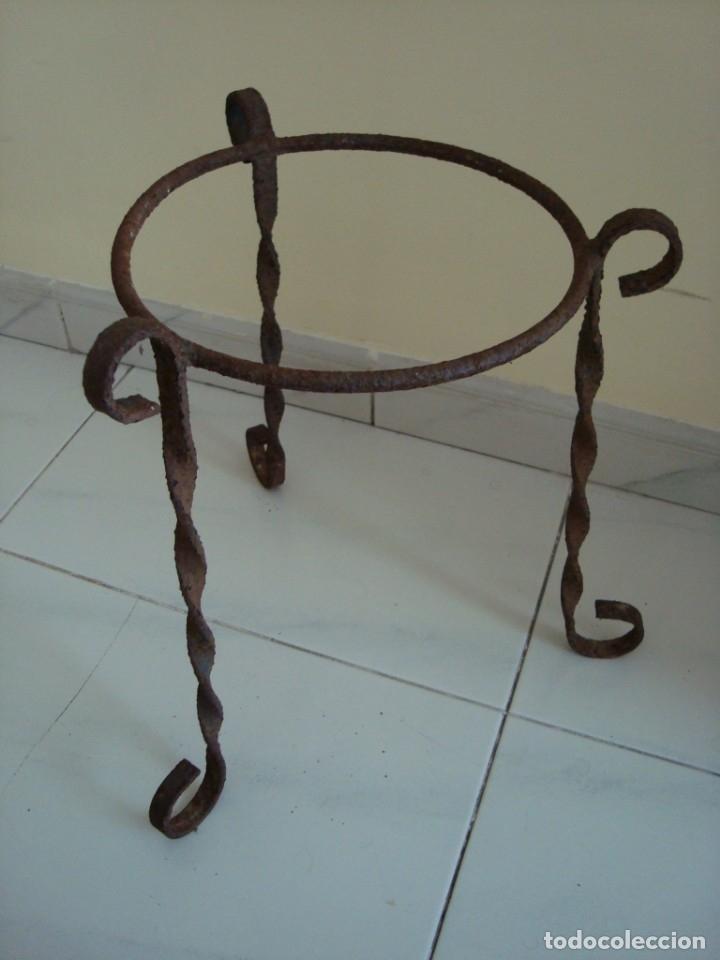 Antigüedades: MUY ANTIGUO MACETERO DE HIERRO. - Foto 2 - 181885352