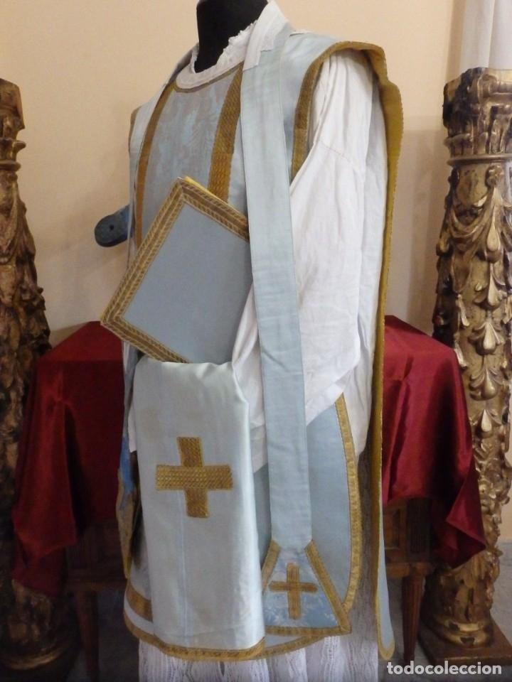 Antigüedades: Casulla y complementos confeccionados en seda de damasco y raso de seda azul celeste. Pps. S. XX. - Foto 2 - 181961281