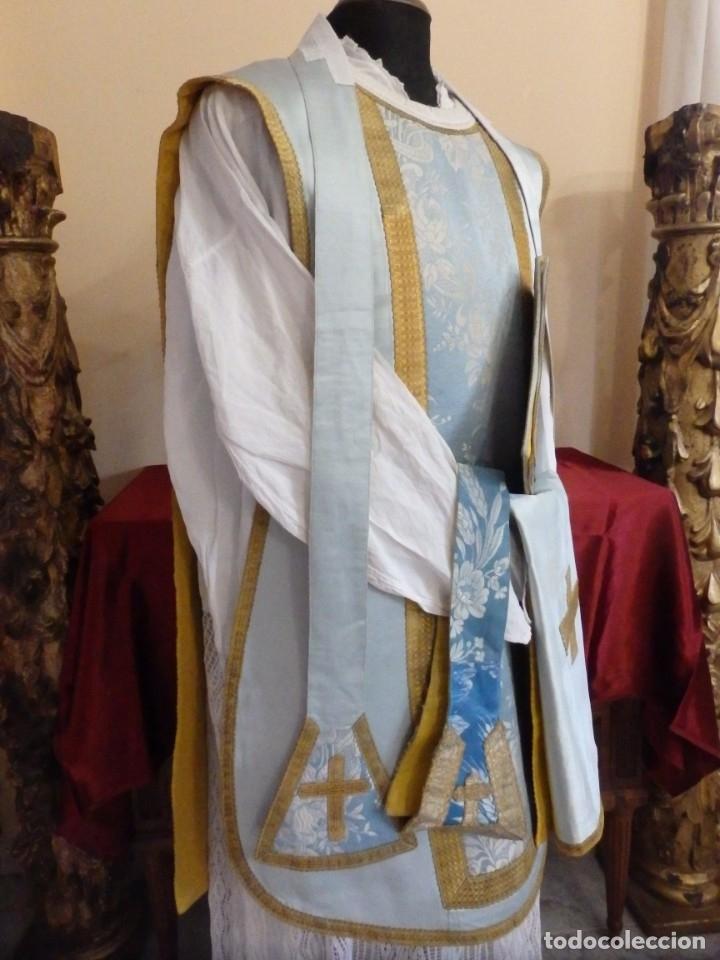 Antigüedades: Casulla y complementos confeccionados en seda de damasco y raso de seda azul celeste. Pps. S. XX. - Foto 3 - 181961281