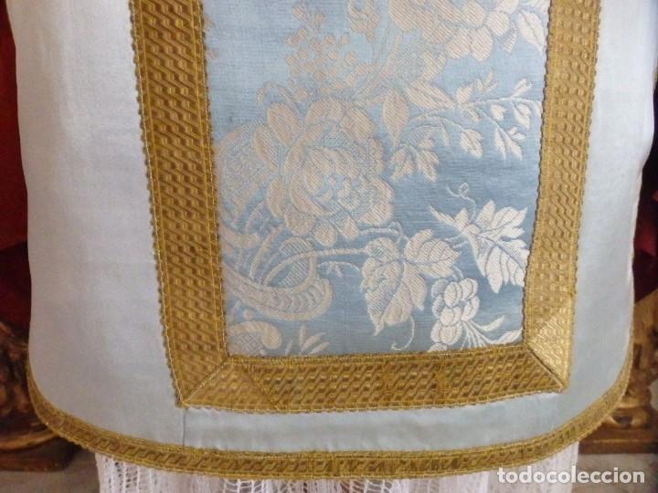 Antigüedades: Casulla y complementos confeccionados en seda de damasco y raso de seda azul celeste. Pps. S. XX. - Foto 10 - 181961281