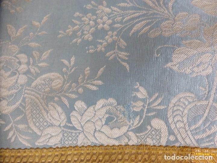 Antigüedades: Casulla y complementos confeccionados en seda de damasco y raso de seda azul celeste. Pps. S. XX. - Foto 15 - 181961281