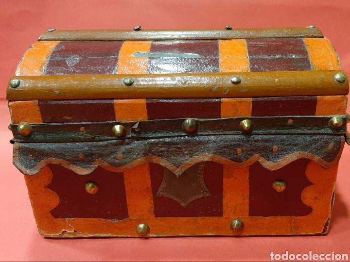 Antigüedades: ANTIGUO BAULITO DE MADERA, HIERRO Y CUERO. PRINCIPIOS DEL SIGLO XX. - Foto 2 - 181986110