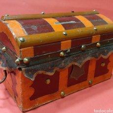 Antigüedades: ANTIGUO BAULITO DE MADERA, HIERRO Y CUERO. PPS . SIGLO XX.. Lote 181986110