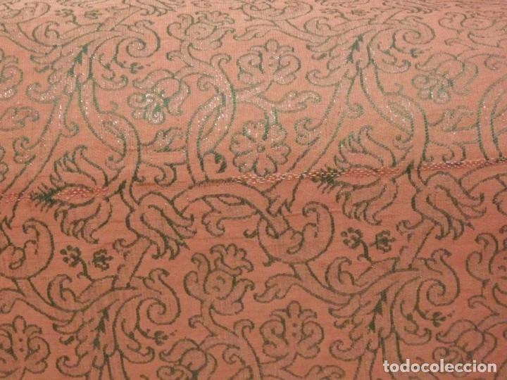 Antigüedades: Importante pareja de dalmáticas del siglo XVIII confeccionadas en sedas de damasco y brocados. - Foto 14 - 182044636