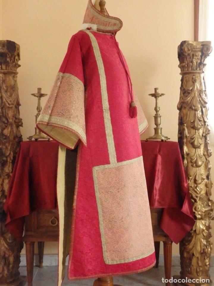 Antigüedades: Importante pareja de dalmáticas del siglo XVIII confeccionadas en sedas de damasco y brocados. - Foto 16 - 182044636