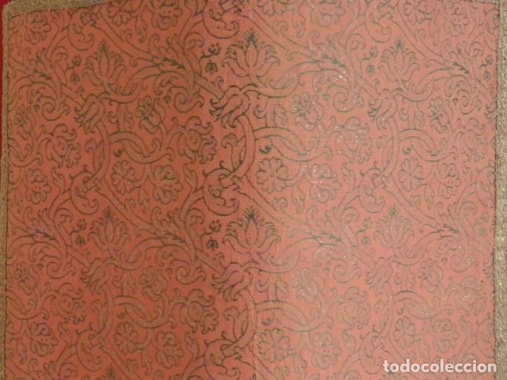 Antigüedades: Importante pareja de dalmáticas del siglo XVIII confeccionadas en sedas de damasco y brocados. - Foto 21 - 182044636