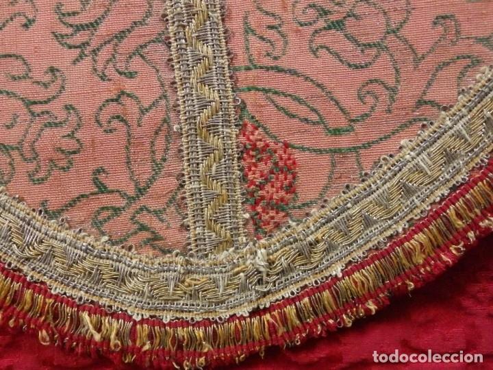 Antigüedades: Importante pareja de dalmáticas del siglo XVIII confeccionadas en sedas de damasco y brocados. - Foto 32 - 182044636