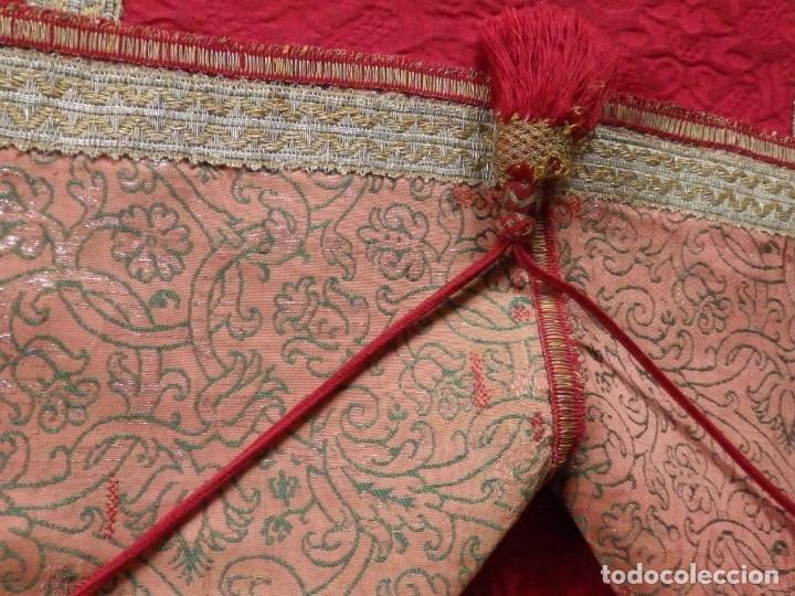 Antigüedades: Importante pareja de dalmáticas del siglo XVIII confeccionadas en sedas de damasco y brocados. - Foto 34 - 182044636