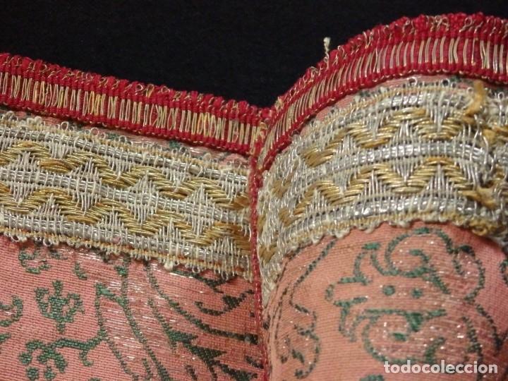 Antigüedades: Importante pareja de dalmáticas del siglo XVIII confeccionadas en sedas de damasco y brocados. - Foto 36 - 182044636