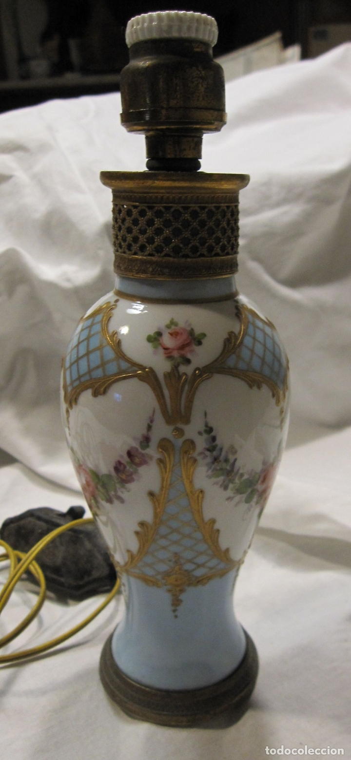 ANTIGUO PIE DE LAMPARA DE PORCELANA, CON INSTALACIÓN ELECTRICA. ALT.TOTAL 19 CM (Antigüedades - Iluminación - Lámparas Antiguas)