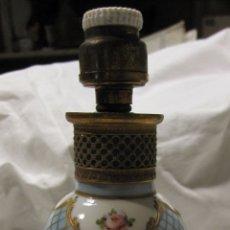 Antigüedades: ANTIGUO PIE DE LAMPARA DE PORCELANA, CON INSTALACIÓN ELECTRICA. ALT.TOTAL 19 CM. Lote 182051630