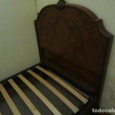 Antigüedades: CAMA INDIVIDUAL DE PALMA DE CAOBA Y MESITA A JUEGO. Lote 182064461